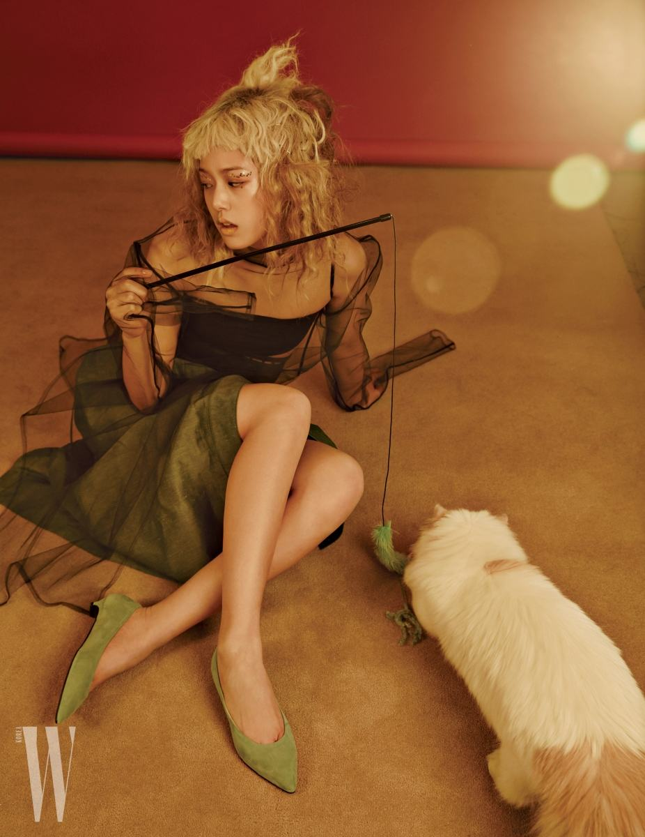 시스루 드레스는 YCH 제품. 62만원. 스커트는 에르메스 제품. 가격 미정. 스웨이드 소재 키튼힐 슈즈는 랑방 컬렉션 제품4. 9만5천원.