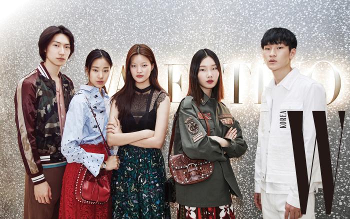 (왼쪽부터)발렌티노 의상을 입고 포즈를 취한 모델 테이, 김이현, 서유진, 김서현, 백준영.