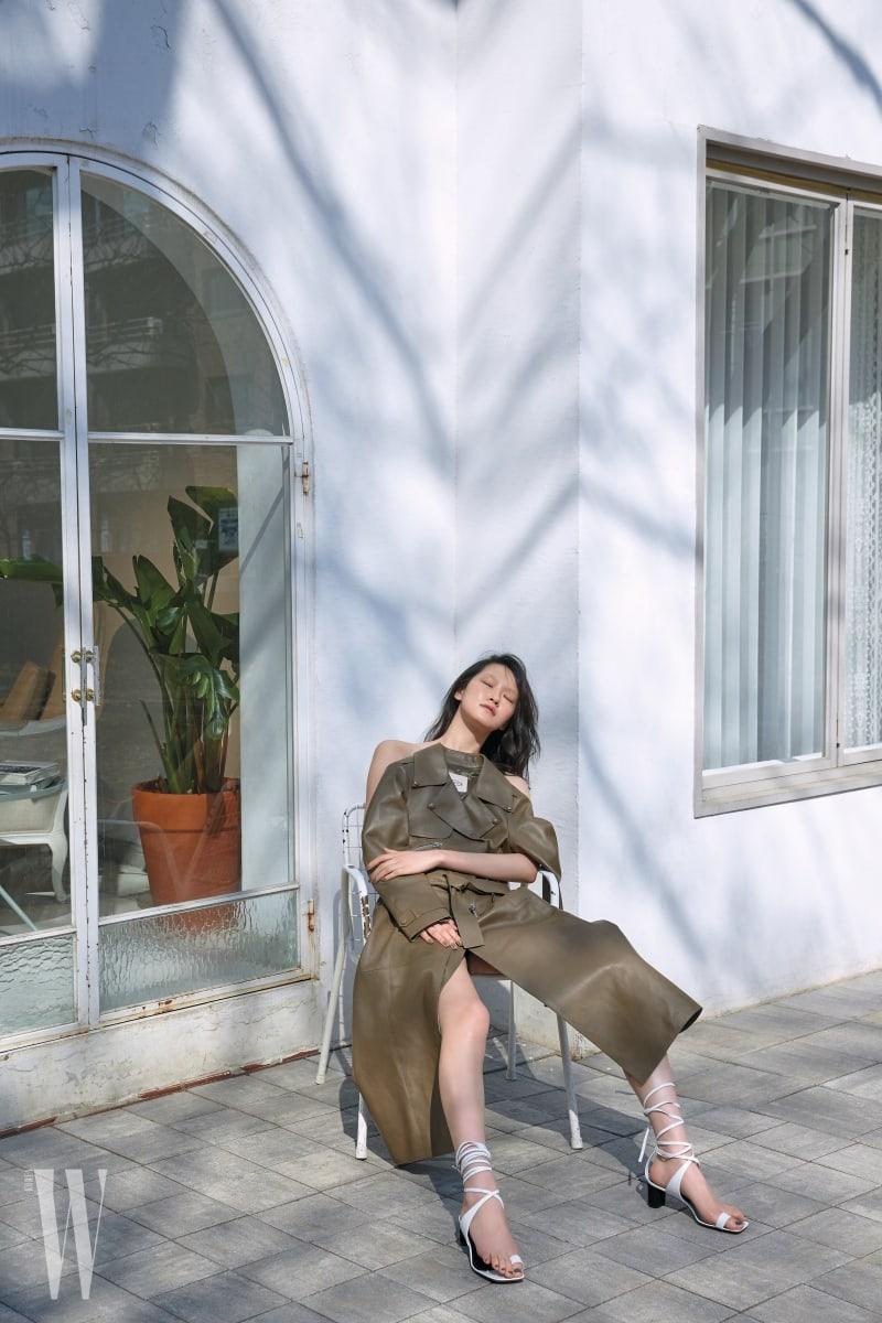 두꺼운 지퍼로 포인트를 준 카키색 가죽 코트는 토즈 제품. 9백50만원