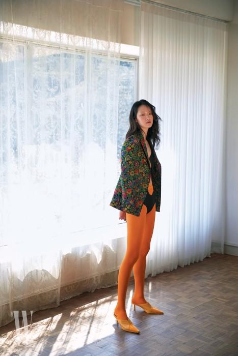 입체적으로 꽃을 수놓은 재킷은 3.1 필립 림 by 분더샵 제품. 1백만원대. 커팅이 과감한 검은색 보디슈트는 루이 비통 제품. 가격 미정. 슬링백 슈즈는 셀린 제품. 가격 미정.