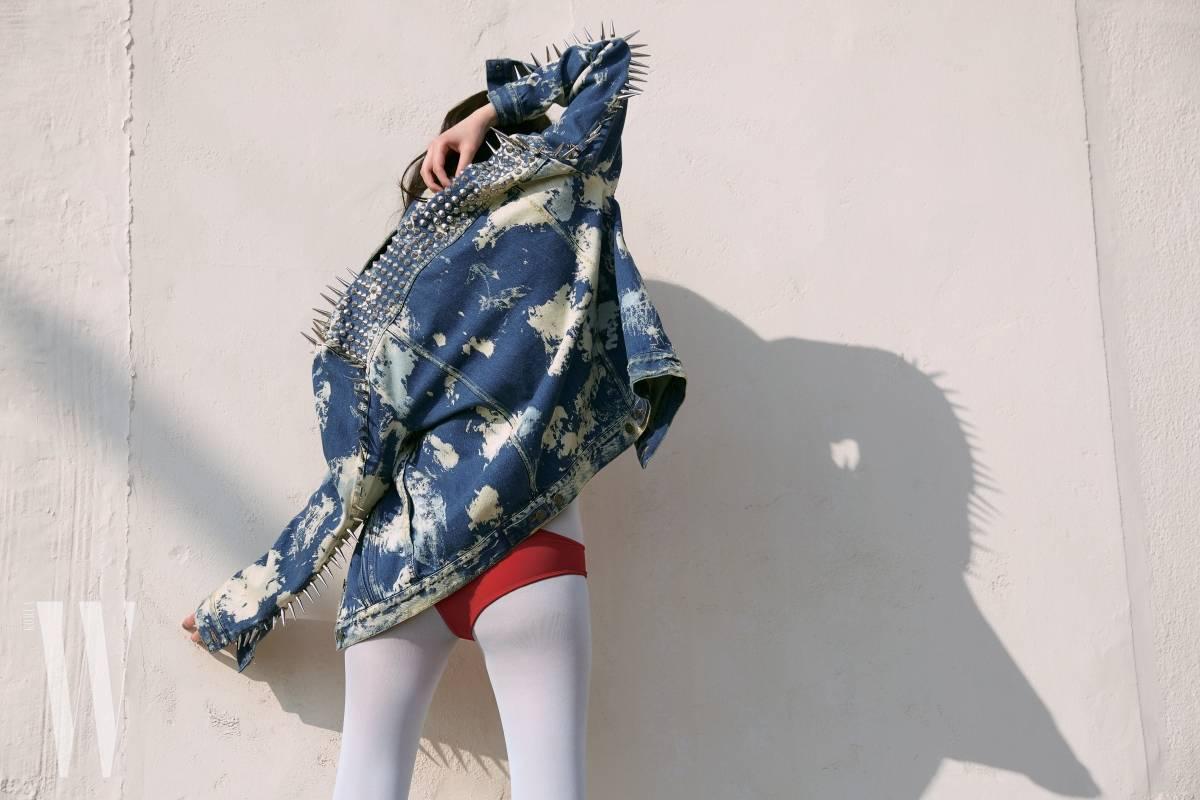 소매 라인과 어깨 전체를 스터드로 장식한 데님 재킷은 구찌 제품.4 백98만원.
