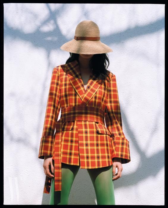 톤다운된 색 조합과 두꺼운 커프가 세련된 느낌을 주는 재킷은 로지 애슐린b y 분더샵 제품. 가격 미정. 모자는 헬렌 카민스키 제품. 46만원.