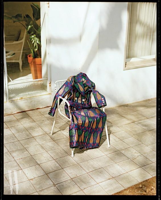 강렬한 색상 대비가 눈에 띄는 더블브레스트 브로케이드 재킷은 구찌 제품. 5백98만원.