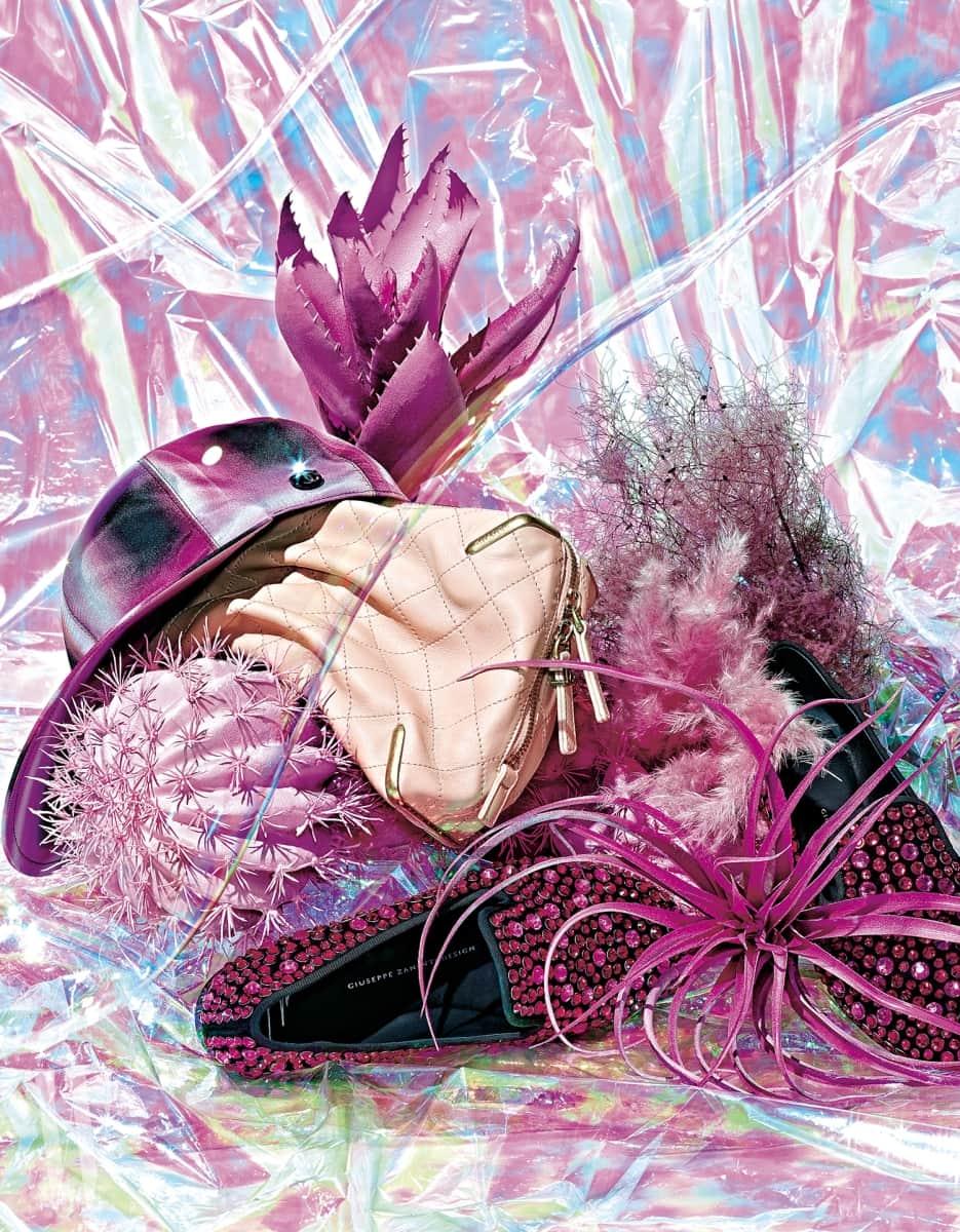 왼쪽부터 | 디지털 프린팅의 새틴 캡은 Chanel, 백 안의 스트링을 당기면 마치 움켜쥔 듯한 자연스러운 실루엣이 연출되는 가죽 클러치는 Chanel, 화려한 스톤 장식의 슬립온 슈즈는 Giuseppe Zanotti 제품.
