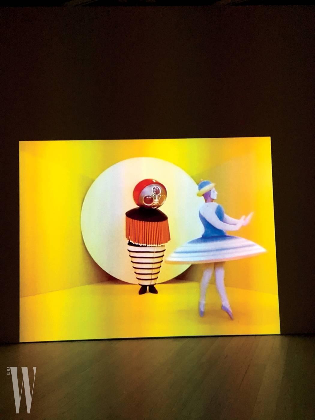 """3. """"오스카어 슐레머(Oskar Schlemmer)가 발표한 삼부작 발레, 'Triadic Ballet(1970)' 작품이 휘트니 뮤지엄에 있는 걸 발견했어요. 패션과 예술, 코스튬이 비현실적으로 어우러진 느낌이었어요."""""""