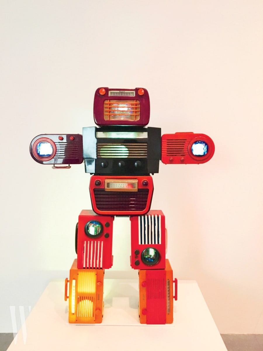 """8. """"런던 테이트 모던에 있는 백남준의 작품, '베이클라이트 로봇(Bakelite Robot)'은 다프트 펑크를 연상시킵니다. 하지만 이 작품이 더 복고적인 느낌이죠."""""""