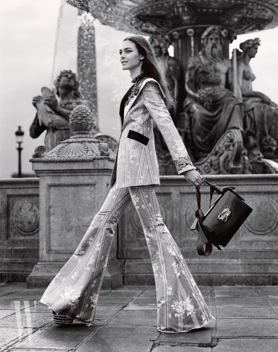 재킷과 플레어 팬츠, 초커, 핸드 커프, 가방, 그리고 플랫폼 구두는 모두 Gucci 제품. Beauty Note: 감각적인 헤어스타일을 연출하려면 Nexxus의 City Shield DD-Créme (시티 쉴드 DD-크렘) 제품을 쓰자.