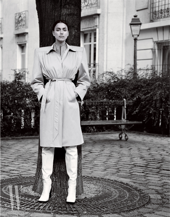 트렌치코트, 톱, 그리고 사이하이 부츠는 모두 Balenciaga 제품.