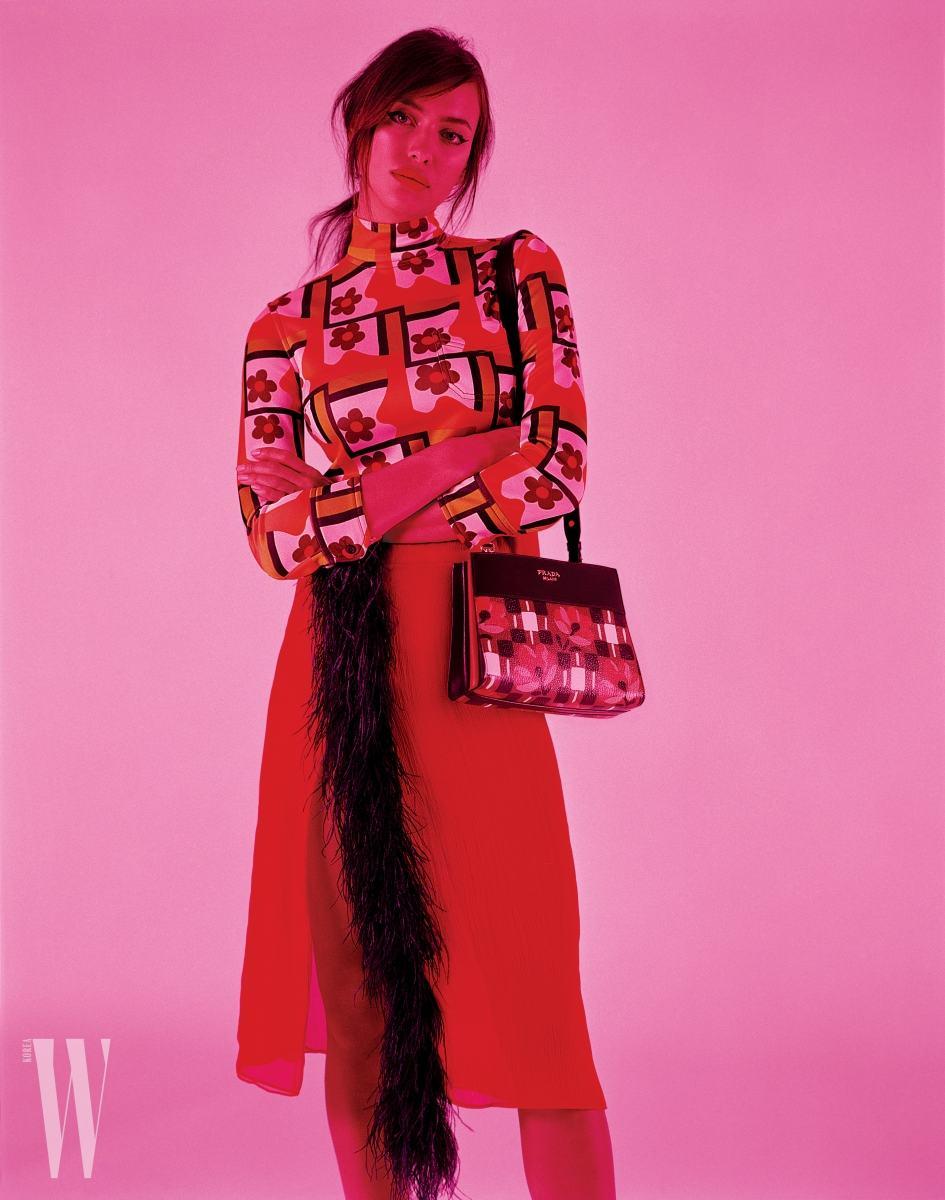 꽃무늬 셔츠, 깃털이 달린 스커트, 가방은 모두 Prada 제품.