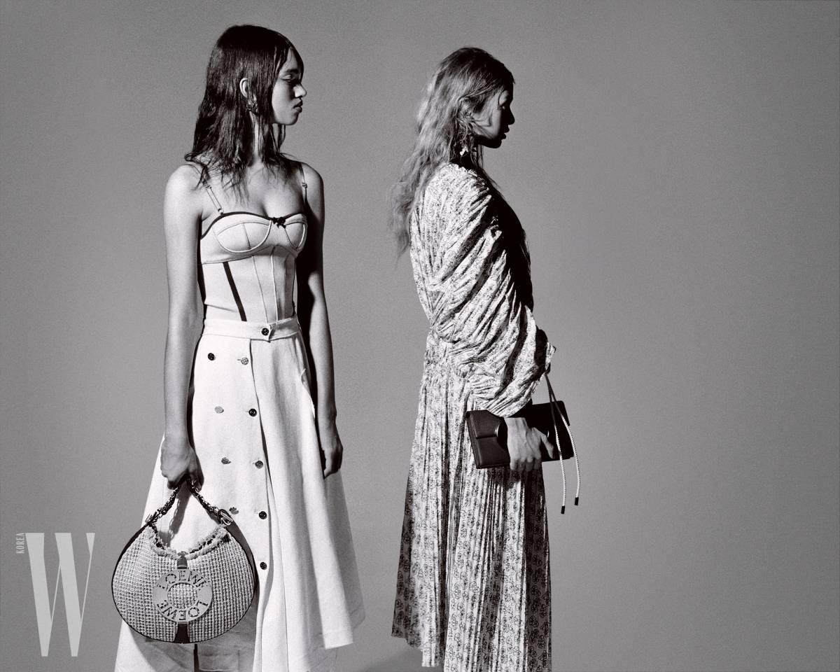 왼쪽 모델이 입은 코르셋 톱과 스커트, 귀고리와 가방은 모두 Loewe 제품. 오른쪽 모델이 입은 프린트 드레스와 귀고리는 Marni, 클러치는 Michael Kors Collection 제품.