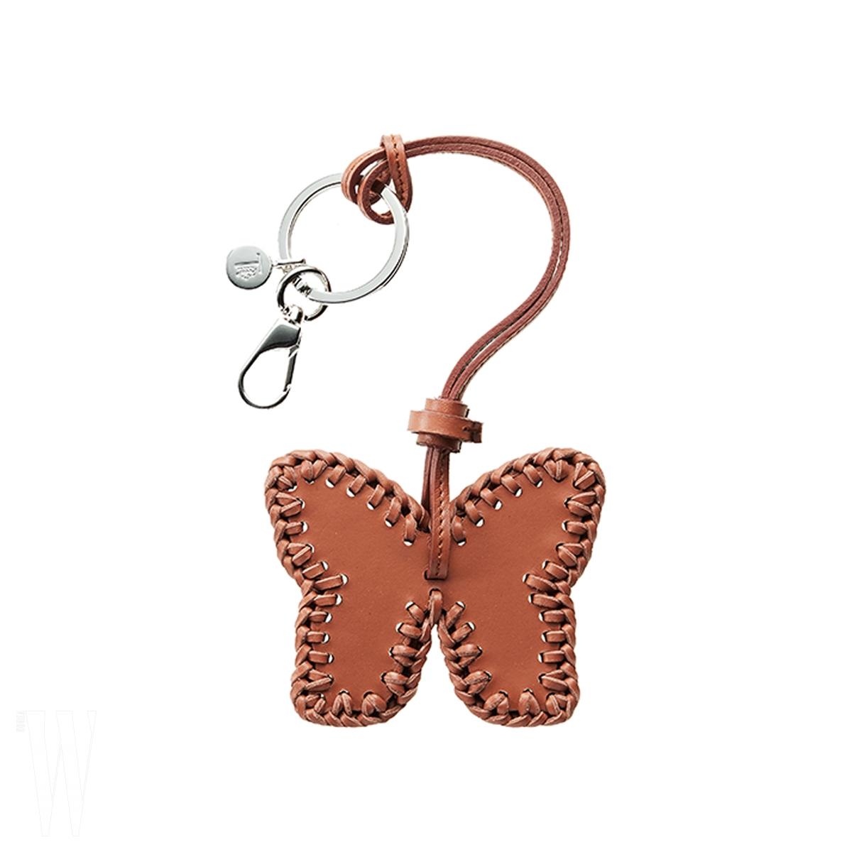 스티치 장식이 고급스러운 나비 모티프 키링은 토즈 제품. 49만원.