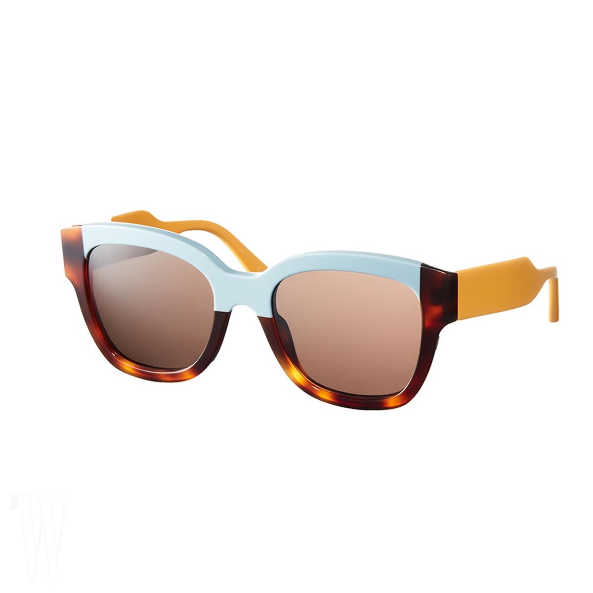 비비드한 컬러 블록과 혼 프레임의 조화가 독특한 선글래스는 마르니 by 한독 제품. 67만5천원.