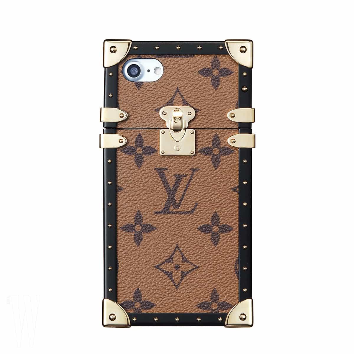 모노그램 프린트의 휴대폰 케이스는 루이 비통 제품. 1백40만원