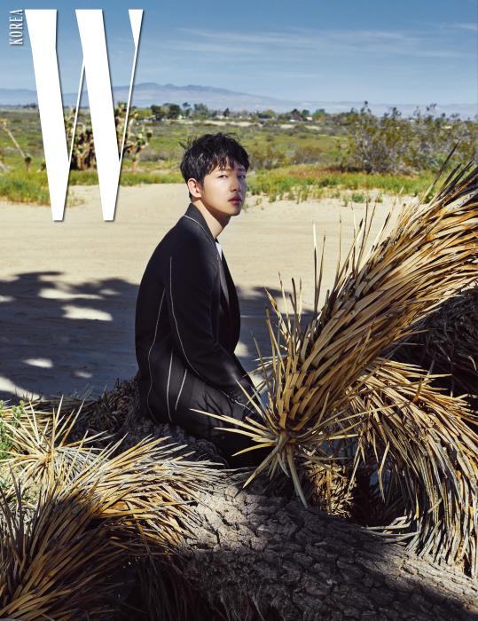 흰색 스티치가 포인트인 검정 테일러드 코트, 순백의 티셔츠, 팬츠는 모두 Louis Vuitton 제품.