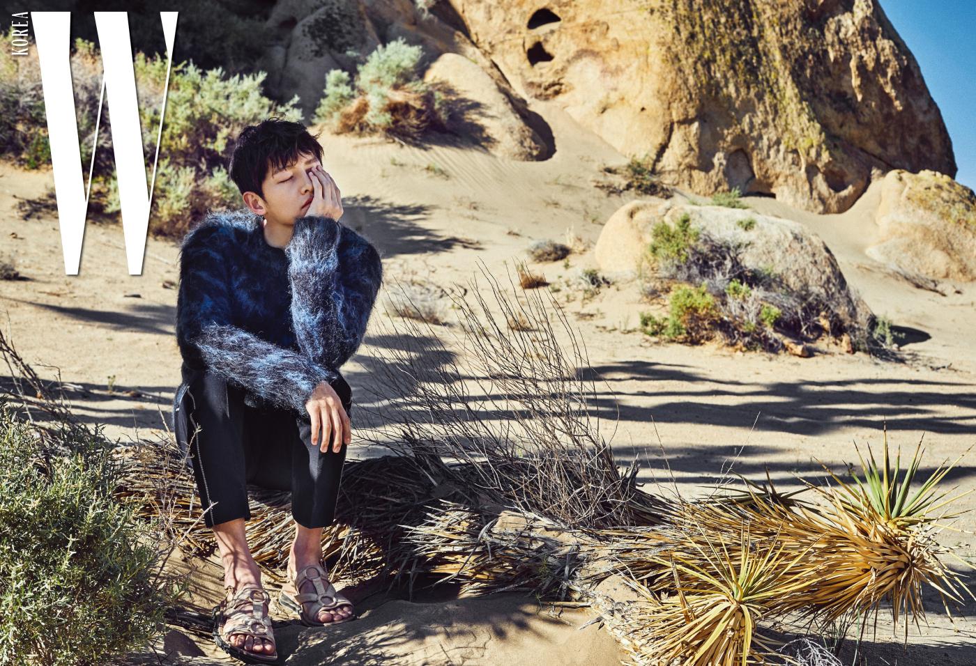 질감이 돋보이는 남색 모헤어 소재 스웨터, 팬츠, 샌들은 모두 Louis Vuitton 제품.