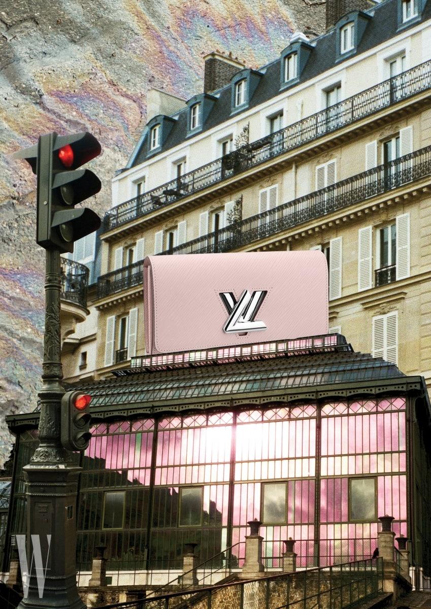 여성스럽고도 모던한 핑크 에피 가죽 소재의 트위스트 지갑은 루이 비통 제품. 가격 미정.