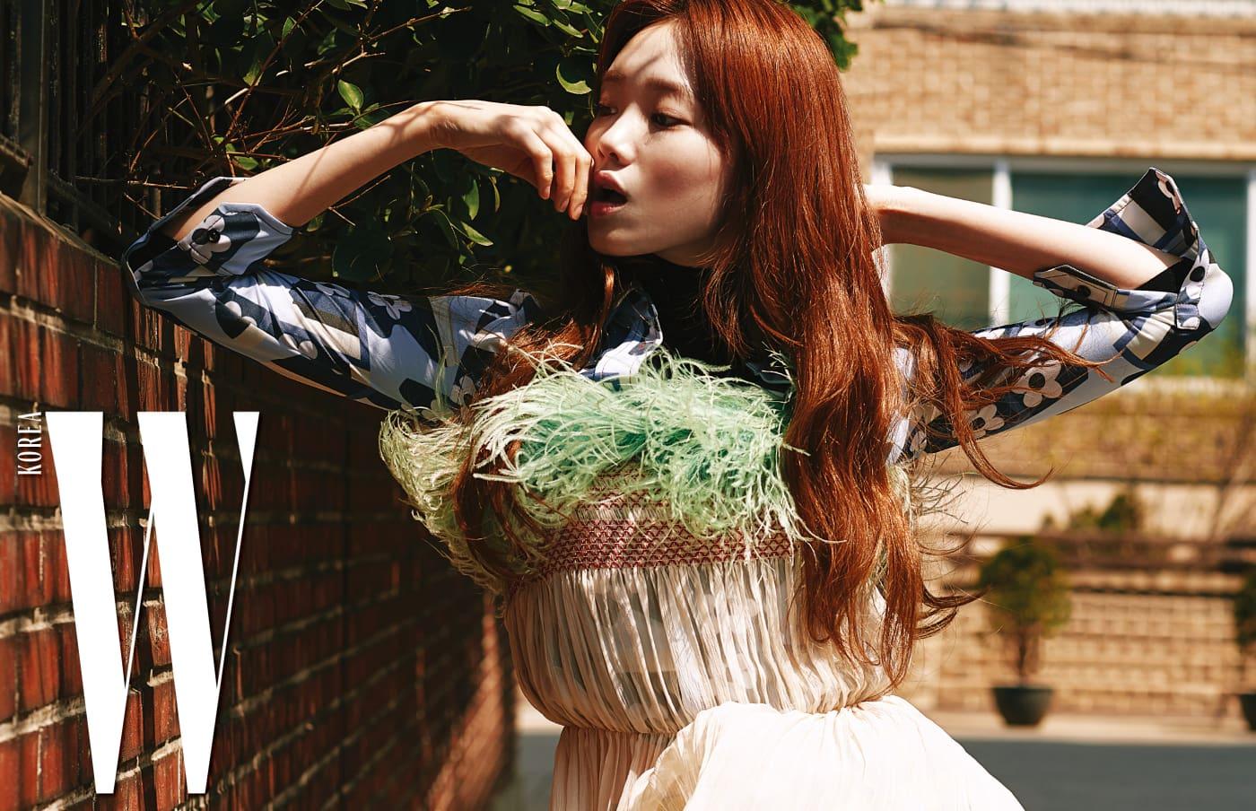 화사한 꽃무늬 패턴 셔츠와 인조 퍼 장식 드레스는 프라다 제품.