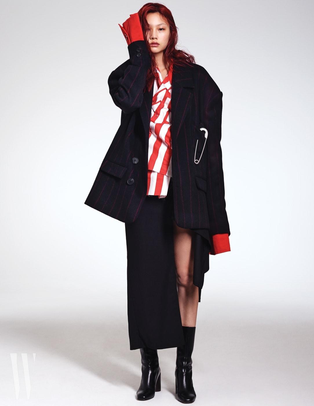 큼직한 옷핀이 장식된 오버사이즈 재짓과 깊은 슬릿이 포인트인 스커트, 안에 입은 빨간색 줄무늬 셔츠는 모두 R.Shemiste 제품.