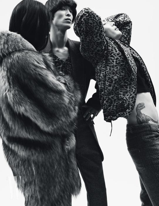 성하균이 입은 후드 퍼 코트, 박경진이 입은 회색 오버사이즈 재킷과 회색 팬츠, 안에 입은 레오퍼드 톱, 노마한이 입은 레오퍼드 블루종과 송치 소재 팬츠는 모두 87mm 제품.