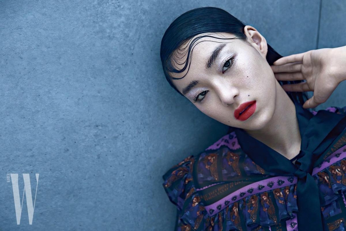 인어공주 모티프와 로맨틱한 보 장식이 돋보이는 프린트 드레스는 Kwak Hyun Joo Collection 제품.