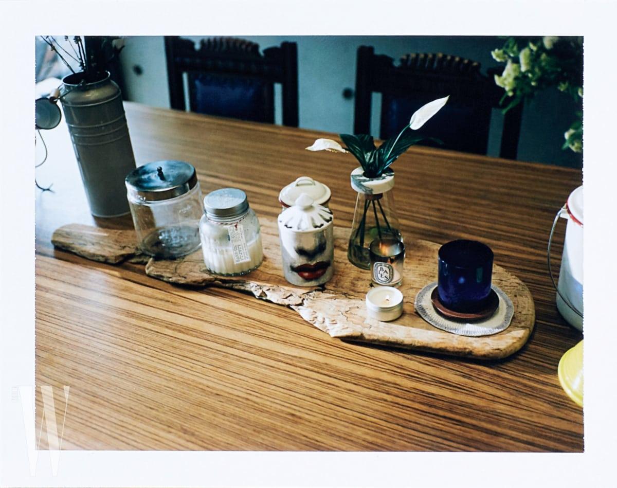 앤티크한 부엌의 다이닝 룸에 놓인 포르나세티, 딥티크 및 다양한 향초들.