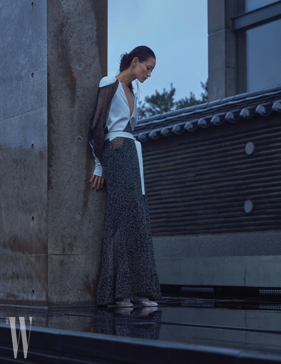 비즈 장식 시스루 드레스는 Louis Vuitton, 신발은 Chanel 제품.