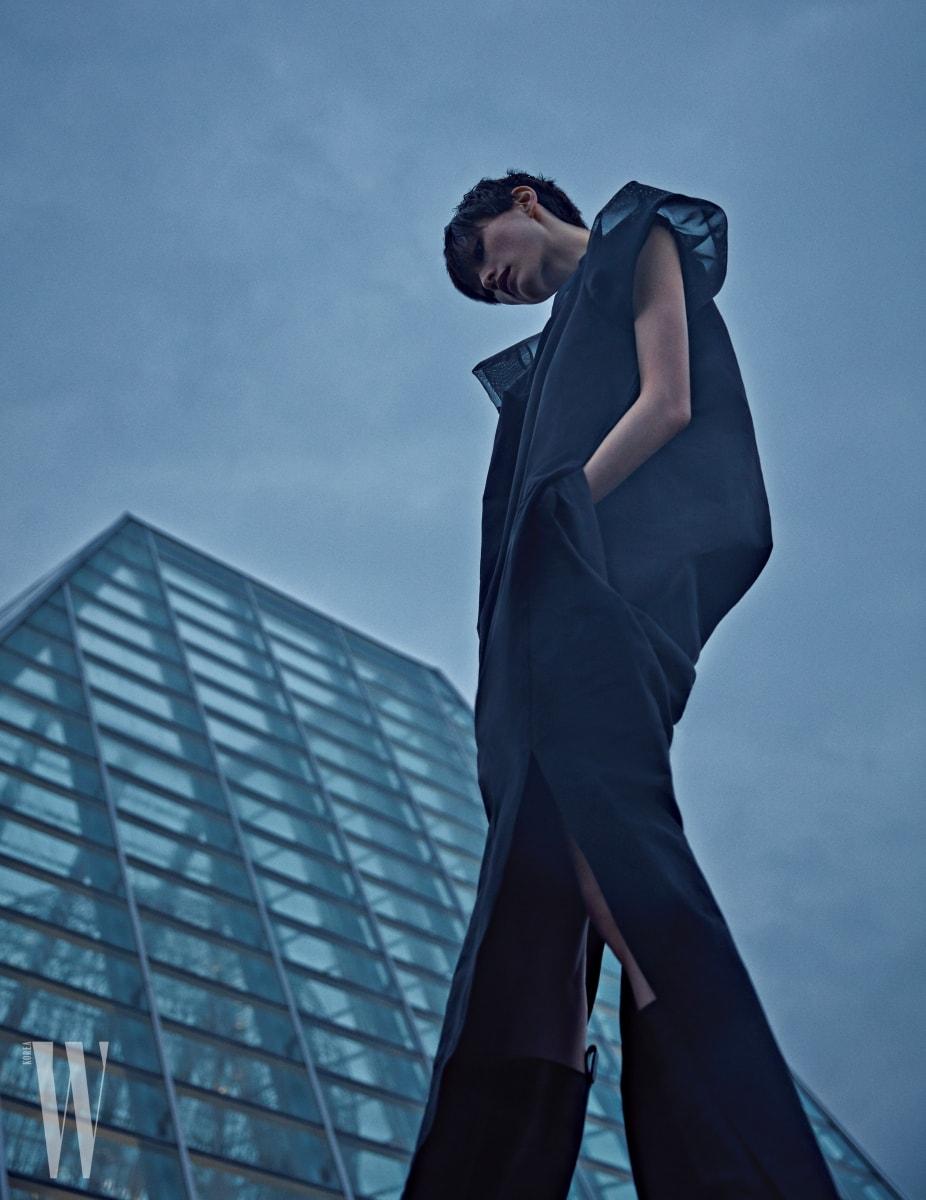 구조적인 형태가 인상적인 슬릿 드레스와 검정색 부츠는 Rick Owens 제품.