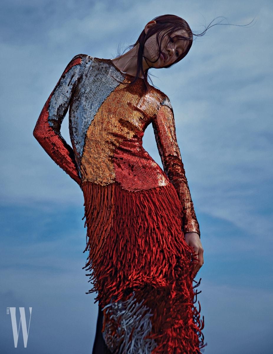 반짝이는 스팽글과 프린지가 조화를 이루는 드레스는 Tom Ford 제품.