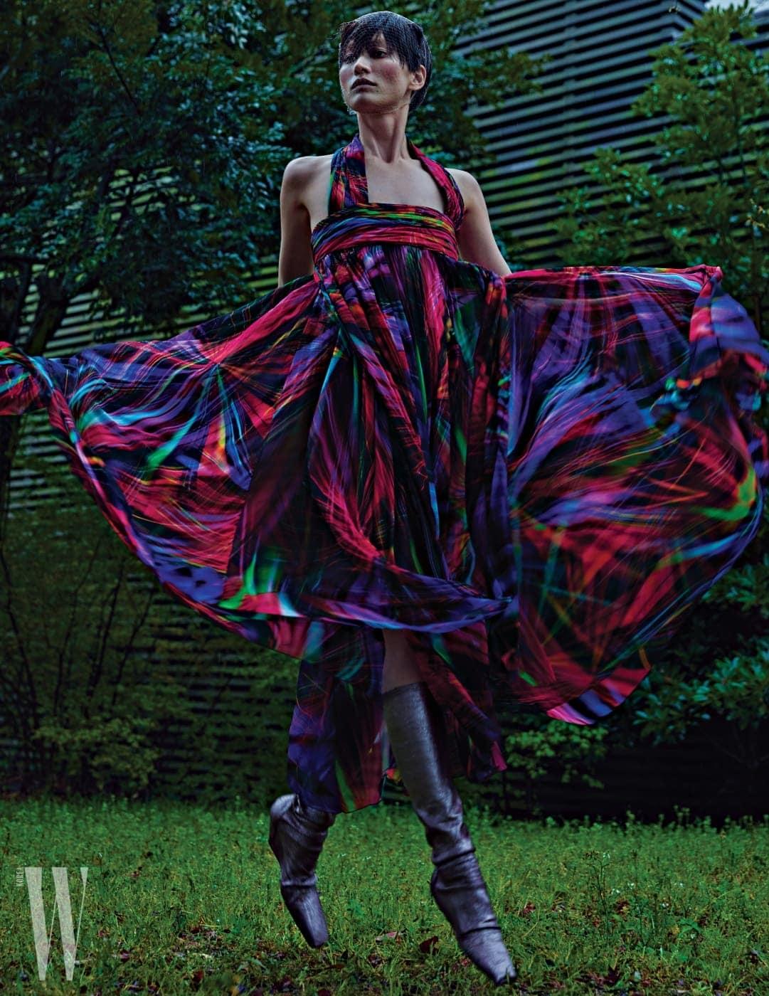 현란한 디지털 프린트 드레스는 Chanel, 부츠는 Rick Owens 제품.
