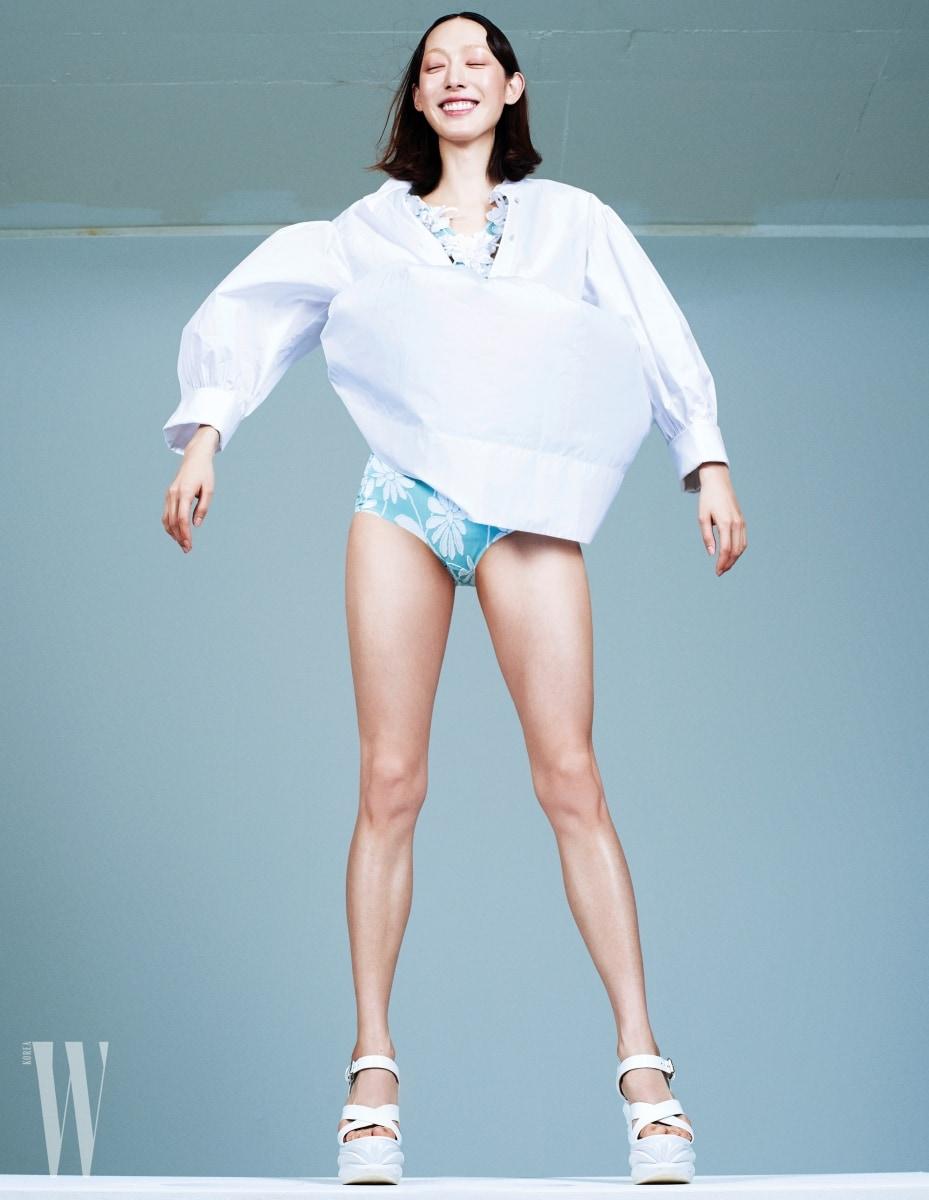 하얀색 미니 셔츠 드레스는 끌로에 제품. 2백29만원. 안에 입은 꽃무늬 스윔슈트는 2백20만원대. 하얀색 웨지 슈즈는 1백30만원대. 모두 미우미우 제품.