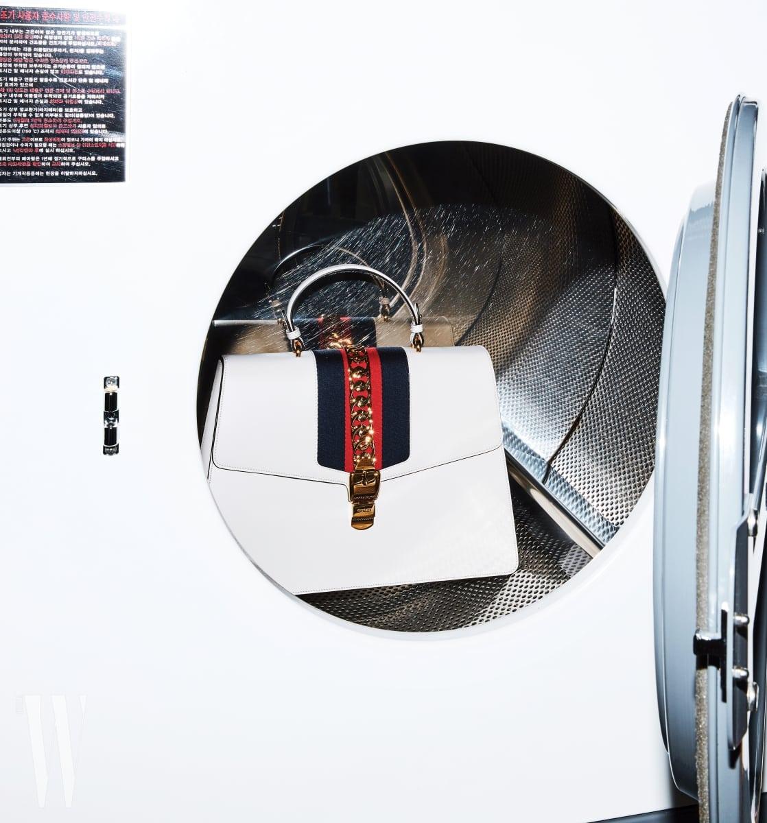 세탁기 안에 들어 있는 큼직한 사각 토트백은 구찌 제품. 6백15만원.