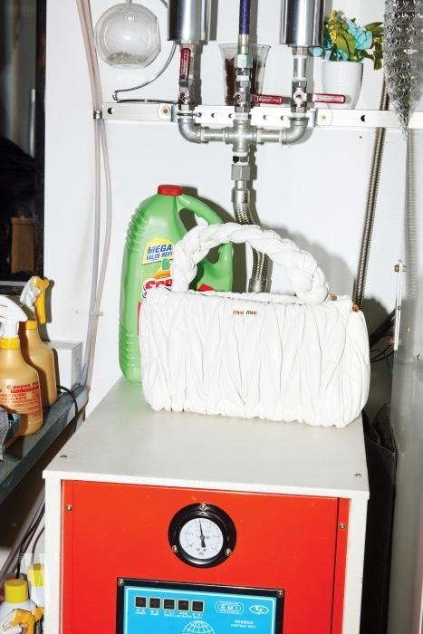 세제와 함께 놓인 새하얀 토트백은 미우미우 제품. 2백40만원대.