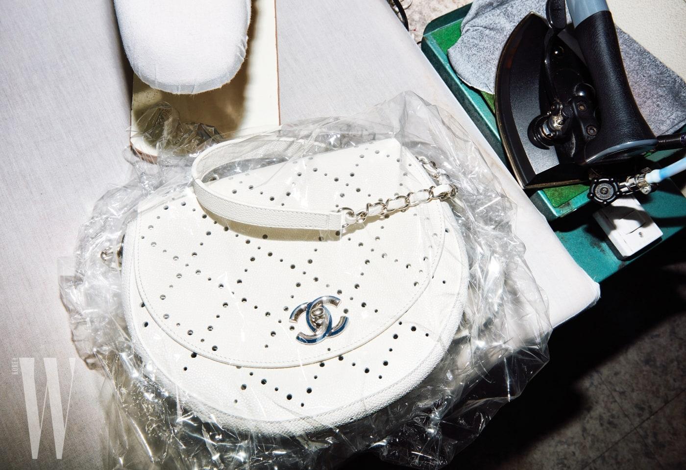 세탁 비닐에 싸인 펀칭 장식 숄더백은 샤넬 제품. 가격 미정.