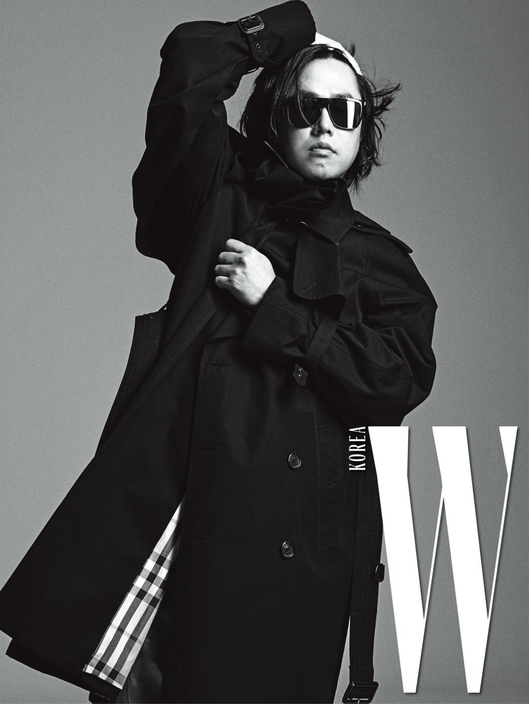 조웅이 입은 트렌치코트는 Burberry, 안에 입은 깅엄 체크 셔츠는 Dior Homme, 선글라스는 Saint Laurent 제품.