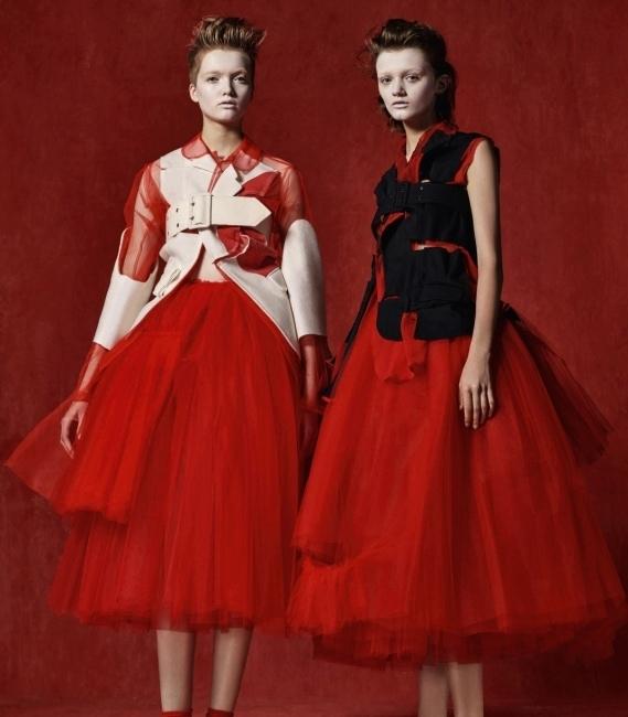 큐비즘을 다룬 꼼데가르송의 2007 S/S 컬렉션. 붉은색, 흰색, 검은색이 정제된 형태로 믹스되었다.
