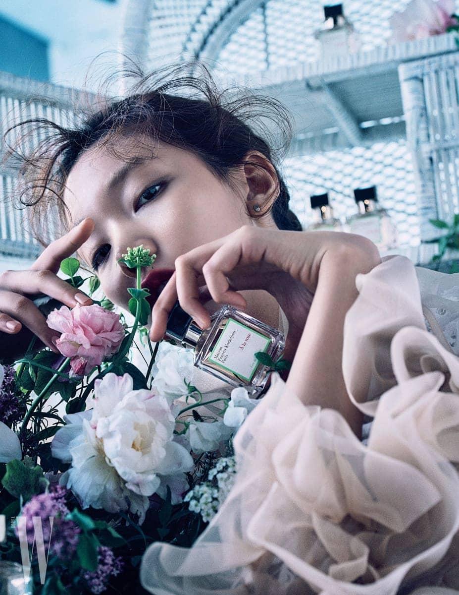 살굿빛 베이지 색상의 러플 장식 블라우스는 로버츠 우드 by 분더샵, 꽃무늬 장식의 블라우스는 자라 제품.