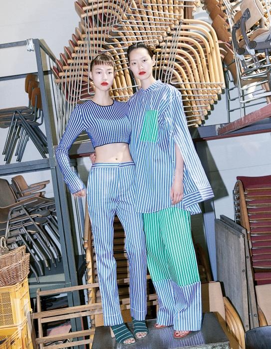 왼쪽부터ㅣ징징이 입은 줄무늬 크롭트 톱, 팬츠, 슈즈, 퐁리가 입은 파자마풍 오버사이즈 셔츠와 팬츠, 슈즈는 모두 Ports 1961 제품.