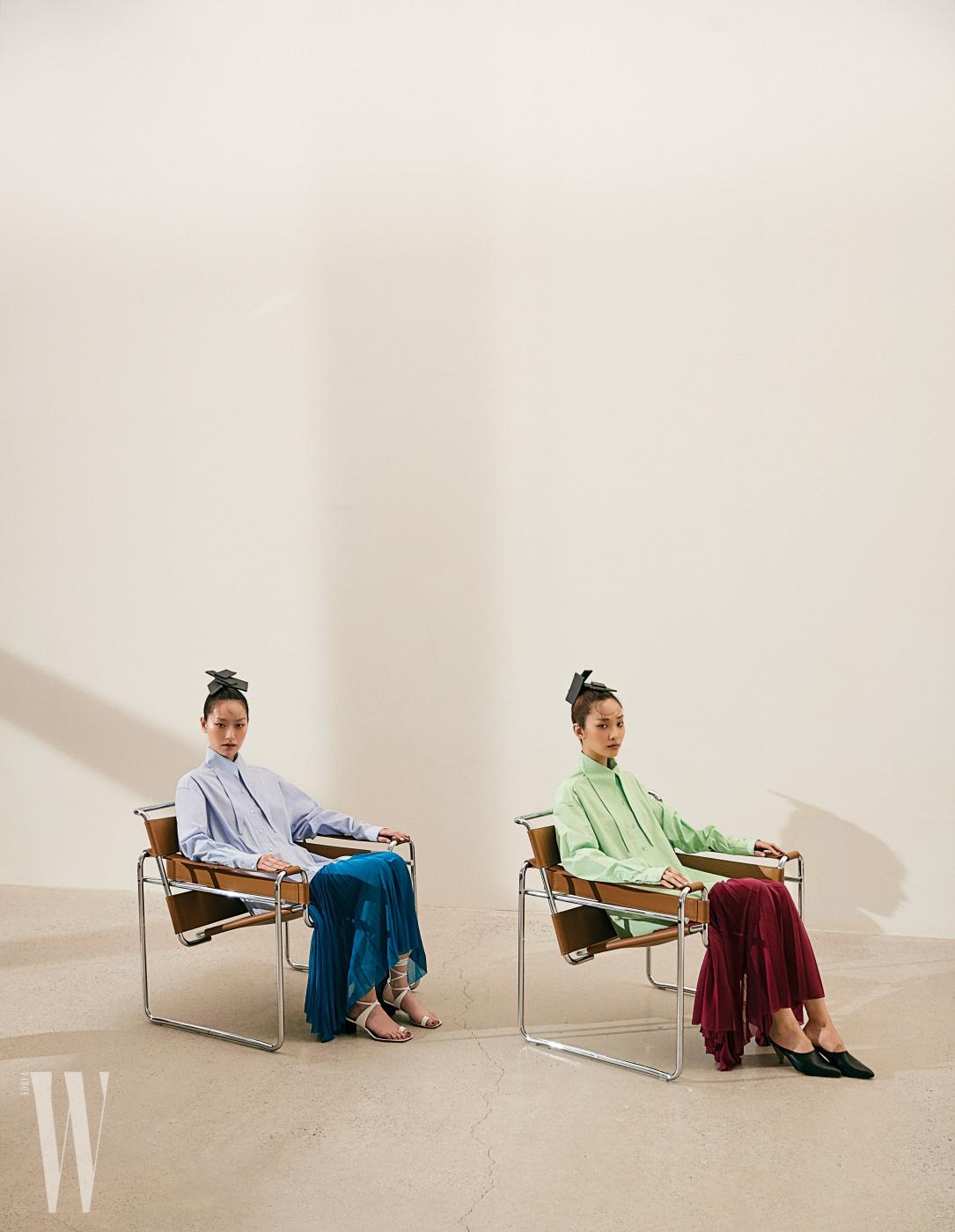 퐁리와 곽지영이 입은 기다란 셔츠 깃이 인상적인 컬러 블록 드레스, 화이트 샌들과 키튼힐 뮬은 모두 Celine 제품. 신조형주의 데스틸(De Stjil) 사조에서 영감을 받은 1925년 마르셀 브루어 (Marcel Breuer) 디자인의 Wassily Chair는 Knoll 제품.