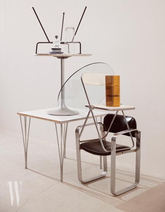 위부터ㅣ핀란드어로 '이슬방울'을 의미하는 입체적인 Kastehelmi 그릇과 접시는 1964년 처음 디자인된 것으로, 모두 Ilttala by WxDxH, 화이트 Plia Chair는 Castelli, 의자 위에 놓인 4면의 컬러가 다른 아크릴 큐비즘 화분은 Verythings, 네모난 1960년대 레트로 스타일 화이트 테이블, 가죽 소재의 철제 프레임 의자는 모두 Tuff 제품.