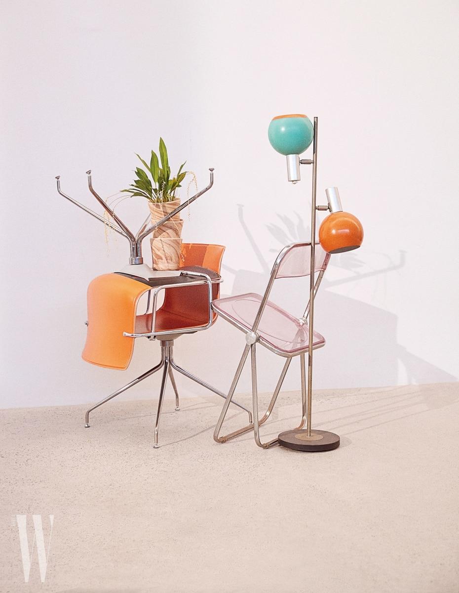왼쪽 위부터ㅣ 지층의 흐름 무늬가 아름다운, 흙으로 만든 독일산 멜팅팟 화분은 Verythings, 오렌지 의자 53 Armchair는 Arper, 투명한 핑크 Plia Chair는 Castelli, 1960년대 독일에서 생산된 레드로 스탠드 조명은 Tuff 제품.