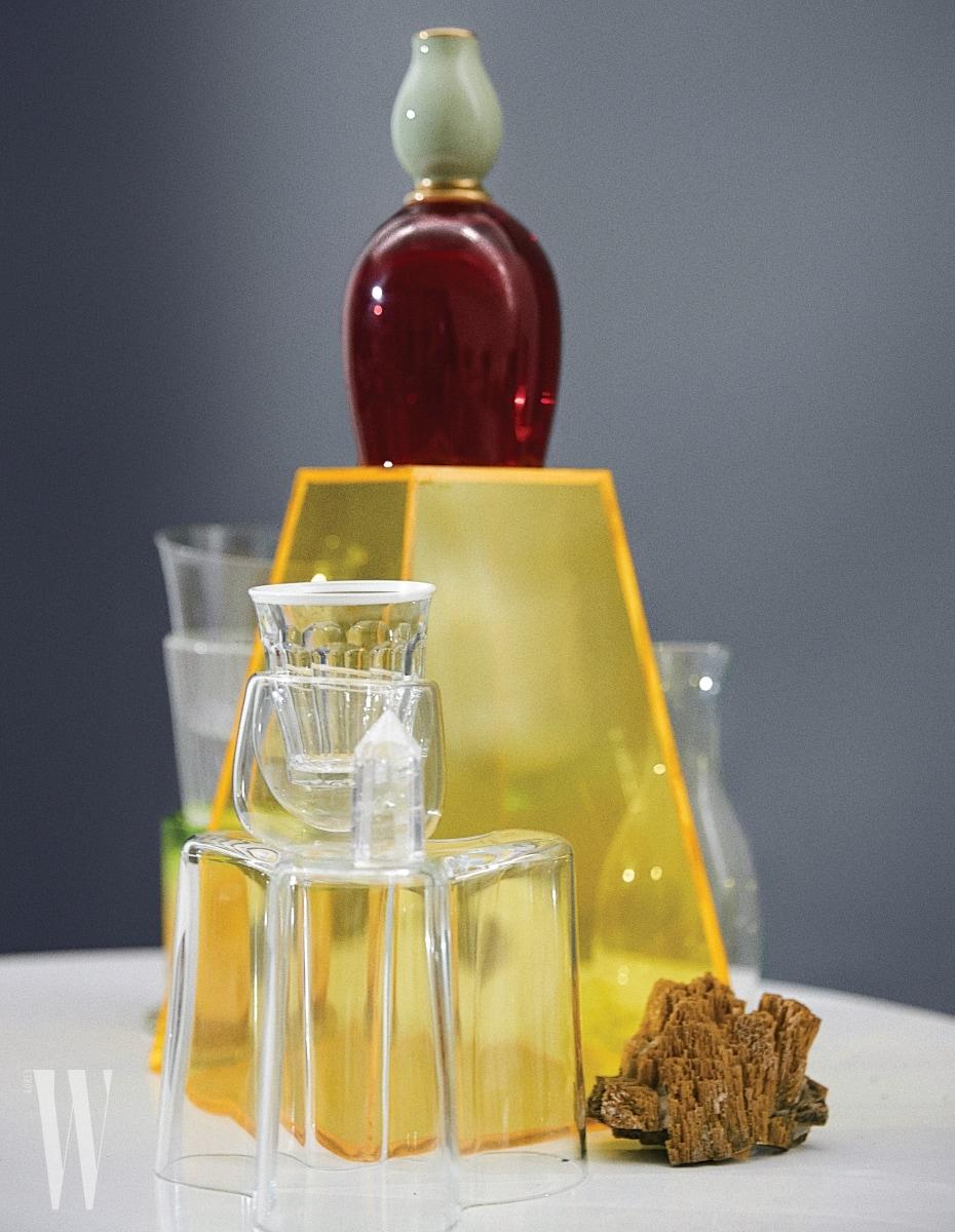 위부터ㅣ에메랄드빛의 포셀린 빈티지 후추통은 Orer 소장품, 빨간색 유리컵은 LSA by WxDxH, 바닥에 엎어놓은 Aalto Vase는 알바 알토가 1930년대에 디자인한 것으로, 아름다운 핀란드 호수 둘레의 곡선에서 영감을 받은 유연한 라인이 특징이다. Ilttala 제품. 흙과 미네랄이 합쳐서 아름다움을 자아내는 광물은 Orer 소장품.