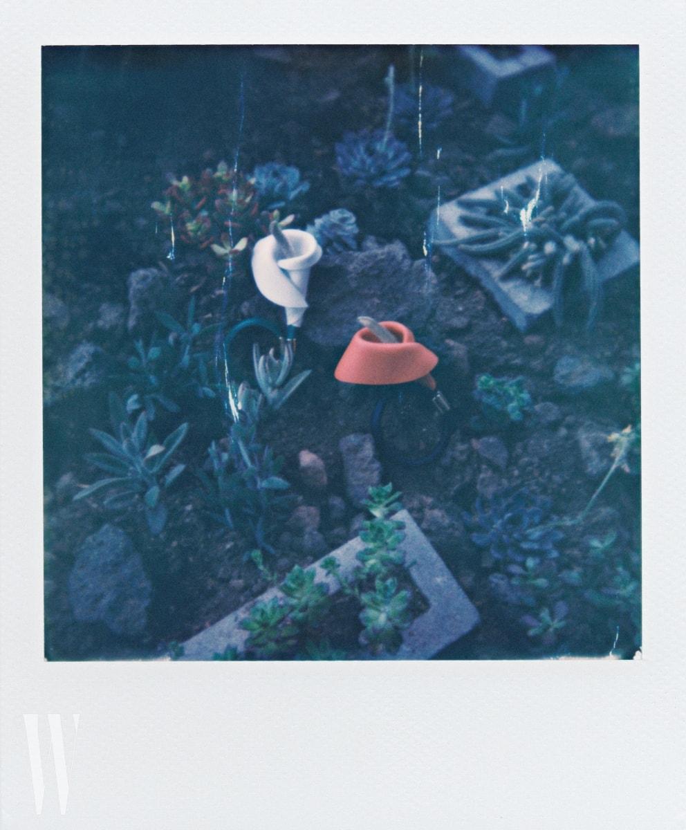 흰색과 주황색 꽃송이를 장식한 뱅글은 로에베 제품. 가격 미정.