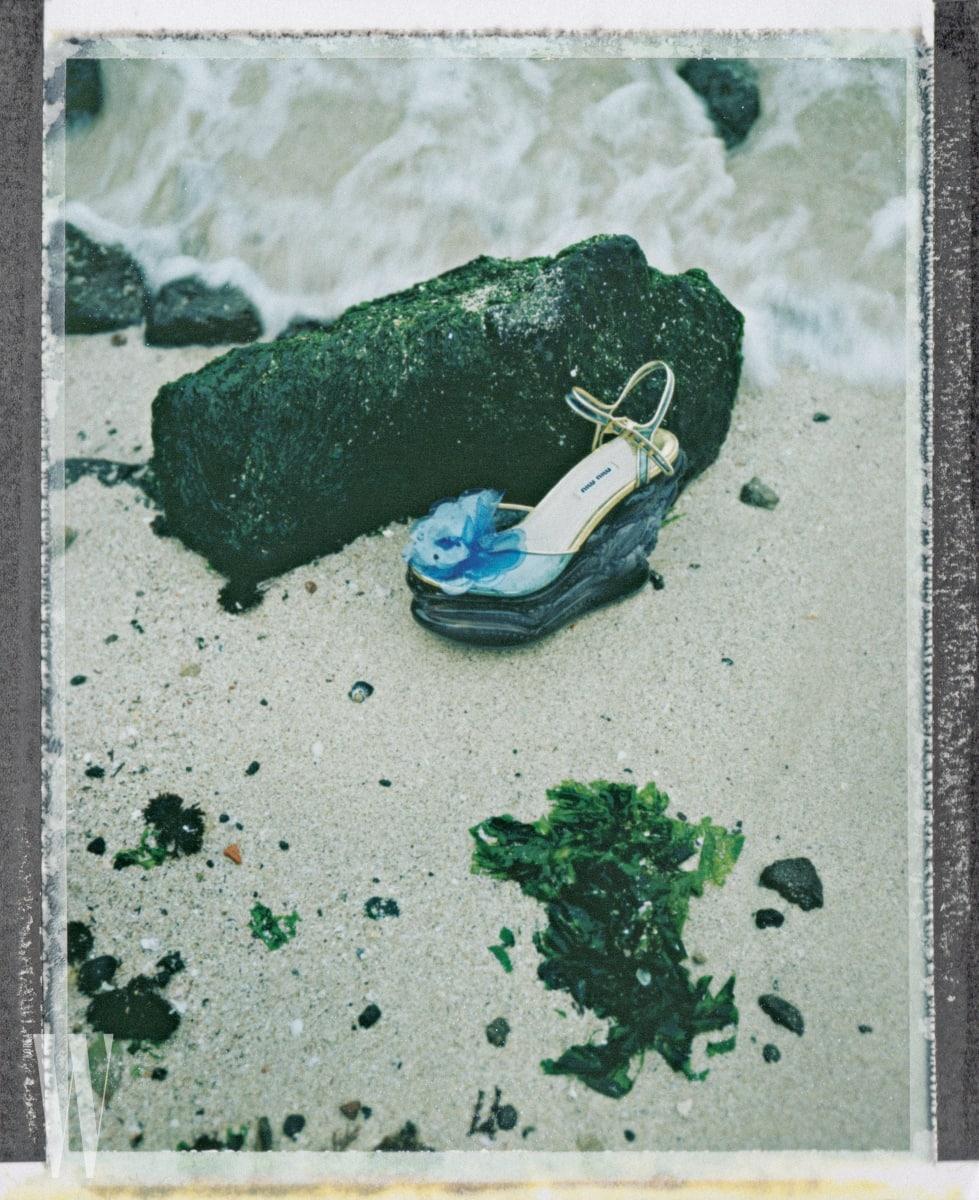발등의 꽃과 투명한 굽이 인상적인 스트랩 웨지힐은 미우미우 제품. 1백50만원대.