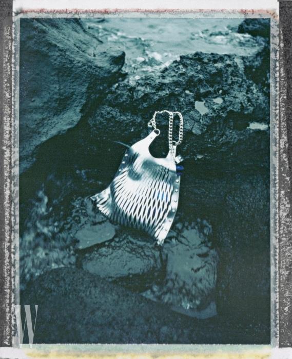 메탈릭한 그물 형태의 가방은 소니아 by 소니아 리키엘 제품. 65만원.