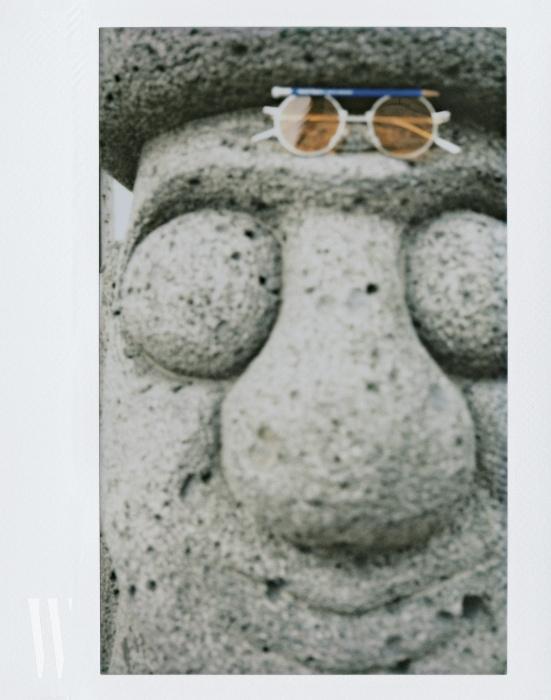 이마에 올린 선글라스는 헨릭 빕스코브 젠틀몬스터 제품. 41만원.