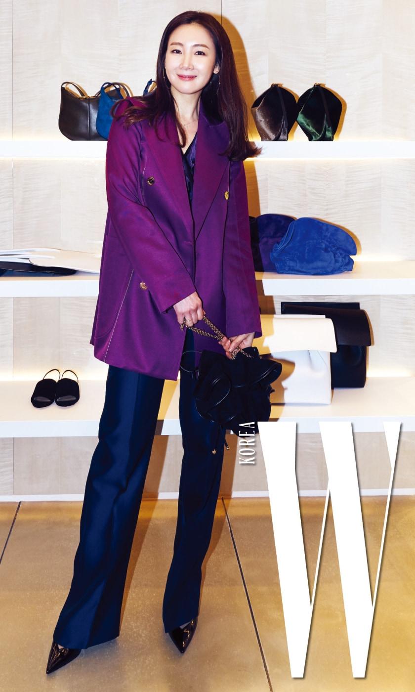 매니시한 실루엣의 재킷과 릴리 백을 들고 매장을 방문한 최지우.