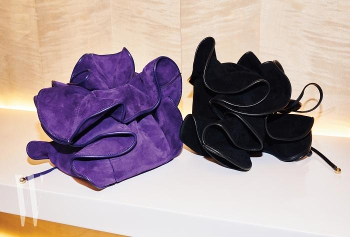 만개한 꽃 모양을 형상화한 스웨이드 소재의 릴리 백.