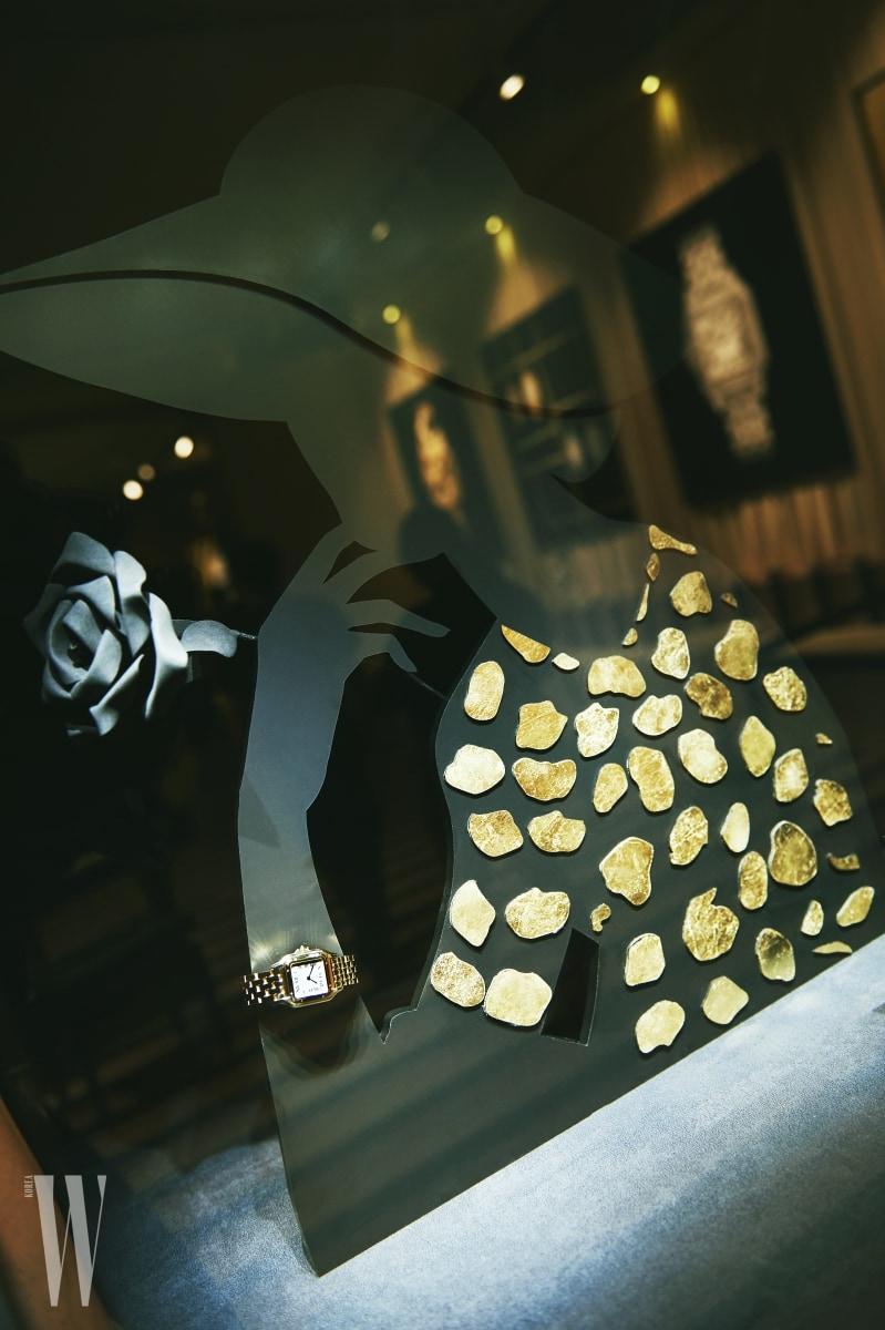 20세기의 오리지널 버전에 충실한 새로운 팬더 드 까르띠에 워치가 아티스틱한 쇼케이스에 전시되었다.