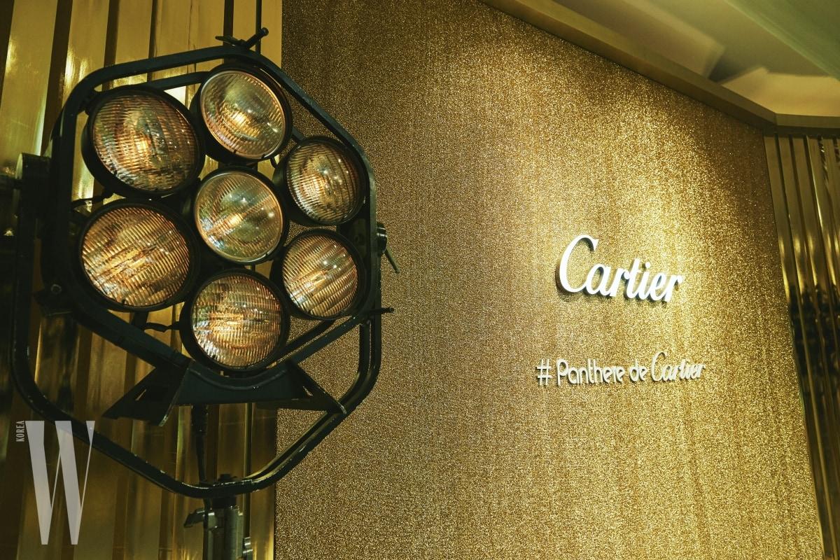 황금빛으로 글램하게 물든 파티 현장. #Panthere de Cartier라고 적힌 해시태그 문구가 눈길을 끈다.