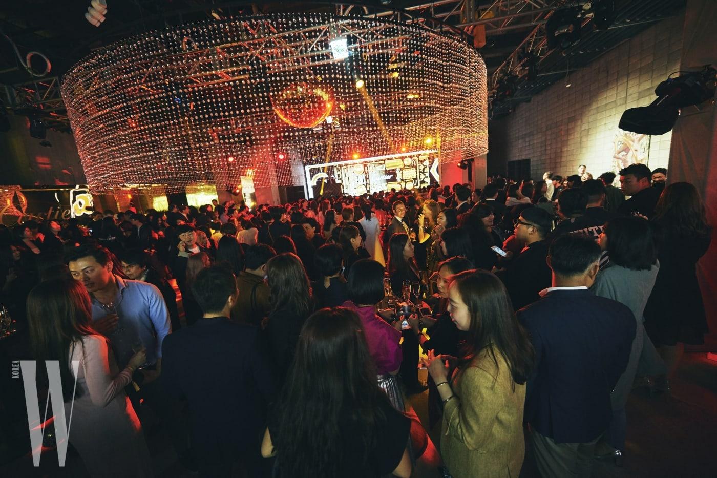 발 디딜 틈 없이 수많은 사람들로 가득한 자이언티 공연 현장. 골든 아워를 주제로 자유로운 클럽 분위기의 멋진 공간을 연출했다.